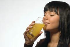 Flickan dricker fruktsaft Royaltyfria Bilder