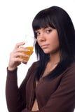 Flickan dricker fruktsaft Royaltyfri Foto
