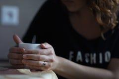 Flickan dricker kaffe i det orientaliska köket Royaltyfria Foton