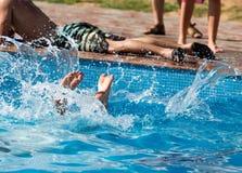 Flickan dyker i pölen Arkivfoton