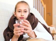 Flickan fångade en influensa Arkivfoton
