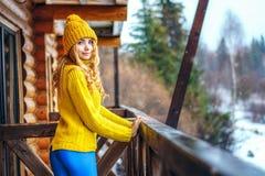 flickan för ï¿ ½ i en tröja och strumpbyxor ser Arkivbilder