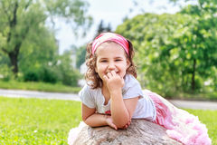 Flickan för det härliga barnet i vår parkerar Lycklig unge som har gyckel royaltyfri foto