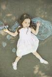 Flickan för det lilla barnet spelar astronautet Royaltyfri Fotografi