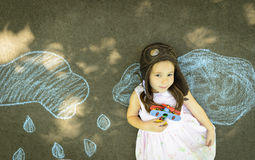 Flickan för det lilla barnet spelar astronautet Fotografering för Bildbyråer