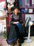 Flickan för kinesMiao minoritet gör vid traditionella slipsar för handen Royaltyfria Bilder