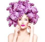 Flickan för modemodellen med lilan blommar frisyren arkivfoto