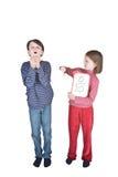 flickan för pojkevinkelrörinfluensa nysar Fotografering för Bildbyråer