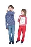 flickan för pojkevinkelrörinfluensa nysar Royaltyfria Bilder
