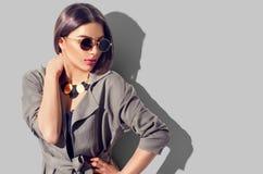 Flickan för skönhetbrunettmodellen med perfekt makeup, den moderiktiga tillbehören och mode bär