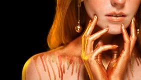 Flickan för skönhetmodemodellen med guld- makeup, guld- hud utgör, royaltyfri fotografi