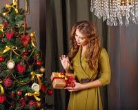 Flickan förbereder gåvan jul min version för portföljtreevektor Royaltyfri Fotografi