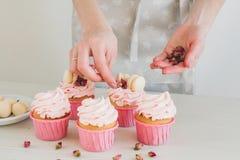 Flickan förbereder muffin Arkivbilder