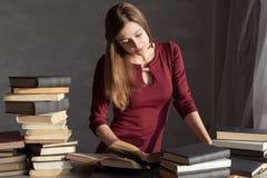 Flickan förbereder sig för examen och läser fotografering för bildbyråer