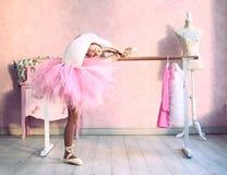 Flickan förbereder sig för klassisk danskurs arkivbilder