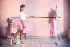 Flickan förbereder sig för klassisk danskurs royaltyfri fotografi