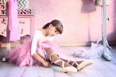 Flickan förbereder sig för klassisk danskurs arkivfoto
