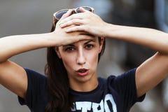 Flickan förbryllade, förvirrat, angeläget, med en huvudvärk Arkivfoton