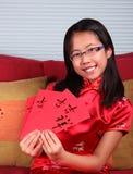 Flickan firar kinesiskt nytt år Royaltyfri Fotografi