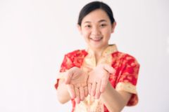 Flickan frågar pengar under kinesiskt nytt år arkivfoto