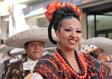 Flickan från Mexico och musiker i sombrero Royaltyfri Fotografi