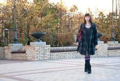 flickan går Fotografering för Bildbyråer