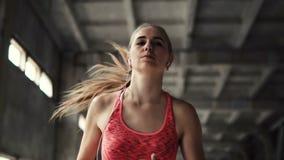 Flickan går att jogga med musik lager videofilmer