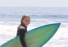 flickan går att surfa som är tonårs- Arkivfoton