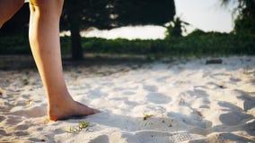 Flickan går beautifully längs sanden lager videofilmer