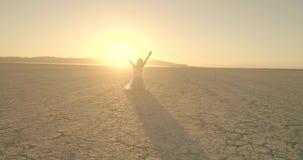 Flickan går i El-hägring öknen för sjön Flyg- surr Oktober 2017 lager videofilmer