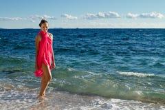Flickan går i vågor Royaltyfri Foto