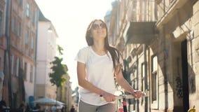 Flickan går med cykeln stock video