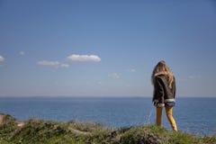 Flickan går ovanför havet royaltyfria foton