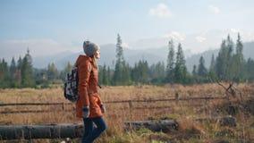 Flickan går på den fjällnära härliga vägen Filmiska Autumn Slow Motion stock video