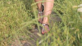 Flickan går på en vandringsled i sommar lager videofilmer