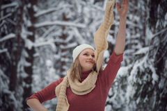 Flickan går på vinterskogen Arkivbilder