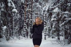Flickan går på vinterskogen Royaltyfri Foto