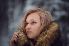 Flickan går på vinterskogen Arkivfoton