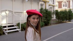 Flickan går runt om staden i en röd basker arkivfilmer