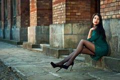 Flickan går runt om staden i sommaren royaltyfri fotografi
