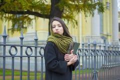 Flickan går runt om staden, med en bok Arkivbilder