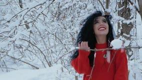Flickan går till och med den snöig skogen arkivfilmer