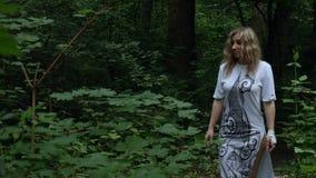 Flickan går till och med skogen lager videofilmer