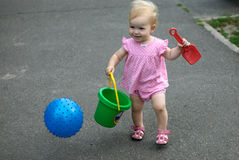 Flickan går till sandlådan Arkivfoton