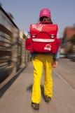 Flickan går till skolan Royaltyfri Foto