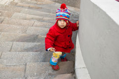 flickan går uppför trappan Arkivfoto
