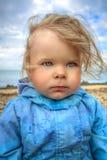 Flickan går vid havet Royaltyfri Foto