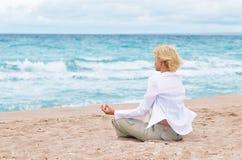 flickan går yoga Arkivbild