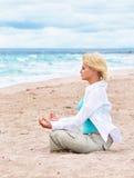 flickan går yoga Royaltyfri Foto