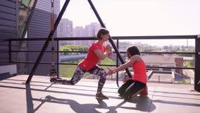 Flickan gör attacker i idrottshallen på en gataterassa stock video